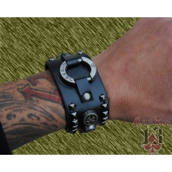 pulsera de cuero ancha, con adorno metálico y cruces