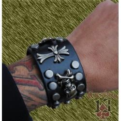 pulsera de cuero ancha, con adorno metálico cruz y calaveras