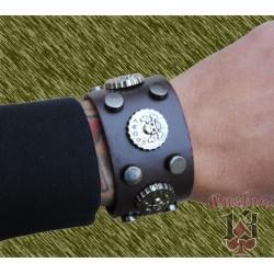 pulsera de cuero ancha, con adorno metálico calaveras sport