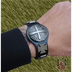 pulsera de cuero con forma, con adorno metálico cruces