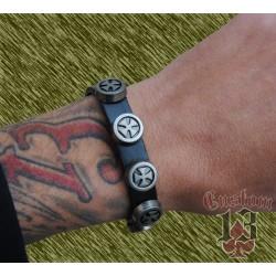 pulsera de cuero, con adorno metálico cruces