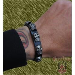 pulsera de cuero, con adorno metálico calaveras