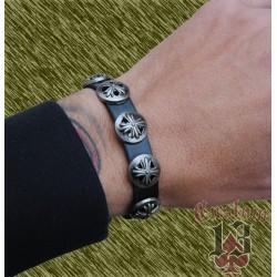 pulsera de cuero, con adorno metálico cruz escudo