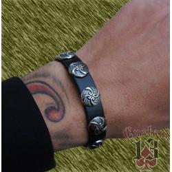 pulsera de cuero, con adorno metálico espirales